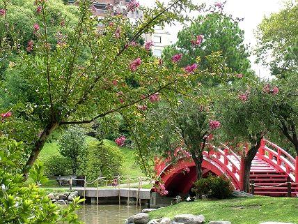 Ландшафтний дизайн в саду.