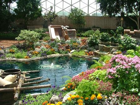 Квітковий дизайн водойми на фото